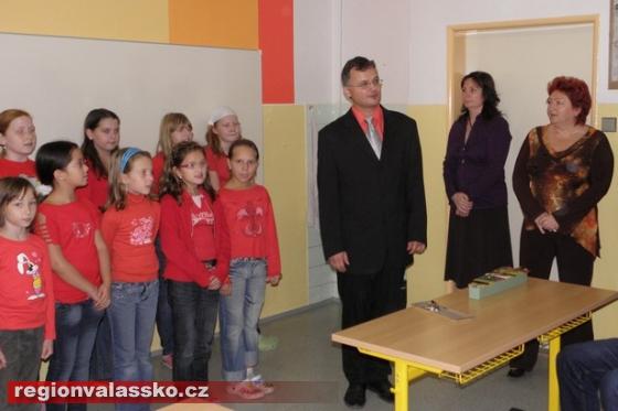 Hosty přivítal ředitel školy Karel Ptáček foto MěÚ Val.Klobouky 271b83a298