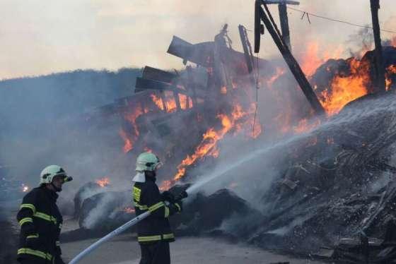 Foto: V Horní Lhotě shořely stovky balíků slámy
