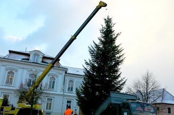 Vánoční strom doputoval před radnici foto  MěÚ Valašské Klobouky 3a4f02fb9b